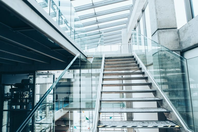 Trapp med glass gelender i et bibliotek