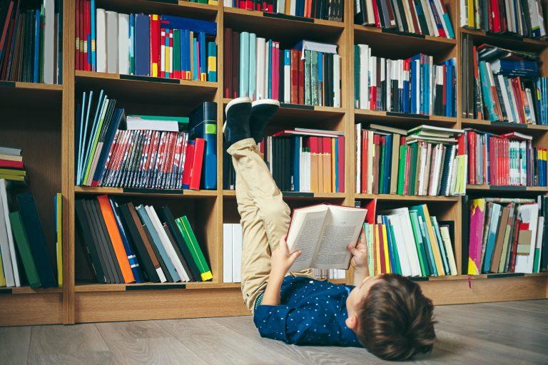 Gutt i biblioteket
