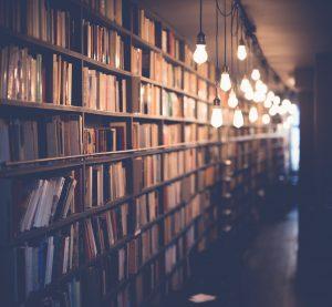 Biblioteks-hyller med bøker.