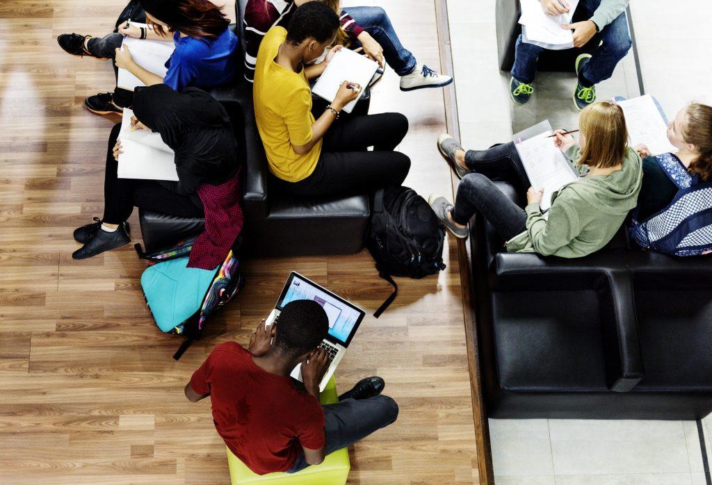 Publikum som sitter på stoler i biblioteket