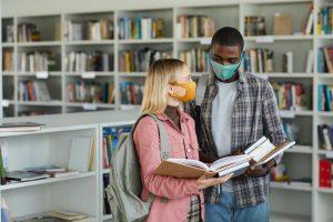 Publikum som bruker masker på bibliotek