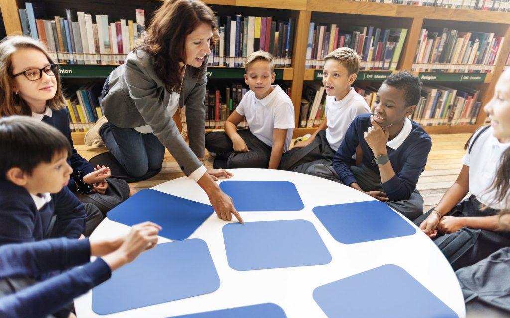 Barn som lærer på et bibliotek